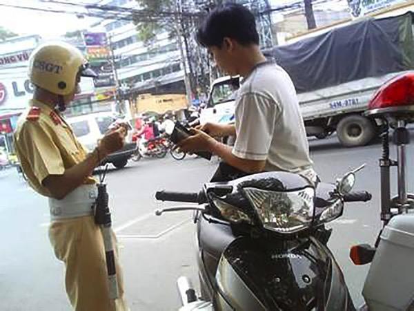 Cảnh sát giao thông nhận phong bì e13806693438491