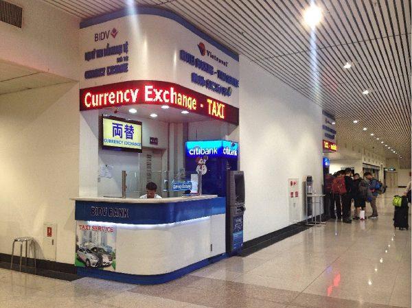 タンソンニャット国際空港の到着ゲートを出てすぐにある両替屋です。