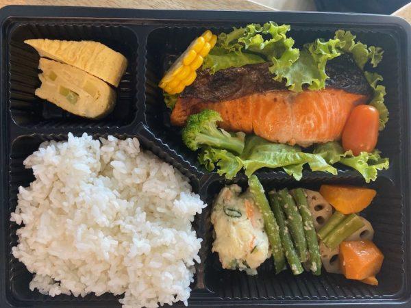 ①熟成鮭弁当 128,000VND(約650円)