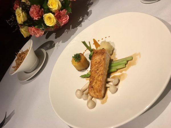 Cá Hồi Áp Chảo Xốt Teriyaki - Khoai Lang Nướng Pan-Seared Salmon with Teriyaki Sauce - Baked Sweet Potatoes (450,000VND)(=約2,250円)