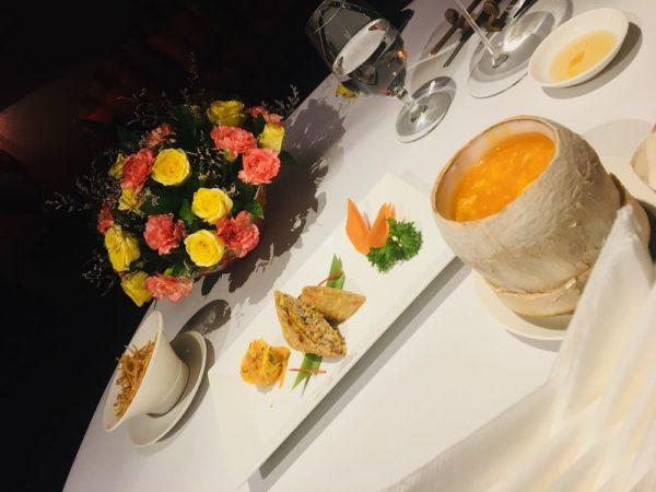 (左より)Cua Lột Hoàng Kim - Gỏi Củ Hũ Dừa Trộn Xoài Xanh Deep-Fried Soft Shell Crab with Salted Egg - Palm Heart and Green Mango Salad 295,000VND(=約1,500円)  Súp Hải Sản Chua Cay Trong Trái Dừa Hot & Sour Seafood Soup in Coconut 190,000VND(=約950円)