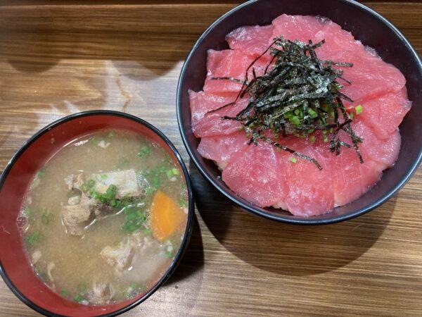 鉄火丼(並盛:119,000VND、味噌汁付き)
